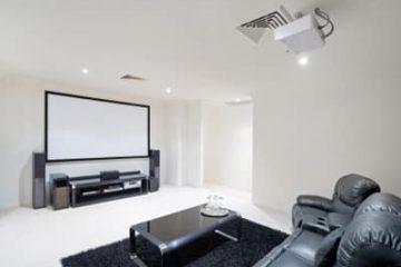 חשיבות מערכות הישיבה בעיצוב חדר קולנוע ביתי